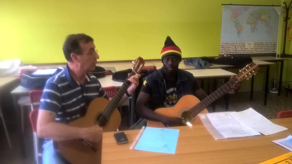 Il maestro Giuliano Latini insegna gratuitamente a uno studente Penny Wirton